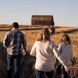 Wandern als Familienausflug mit Kindern und Großeltern oder als Partyidee für Jungs