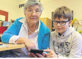 Noch ist Ursel Rösser eine Smartphone-Einsteigerin, doch das soll sich schon bald mit der Hilfe von Schüler Tyler ändern. Er hilft bei Problemen mit Handys. FOTO: JULIA HENNIGES