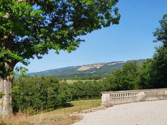 Zicht vanuit de kasteeltuin op de Montagne Noire