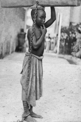 Zanzibar 1890. Giovane schiavo incatenato
