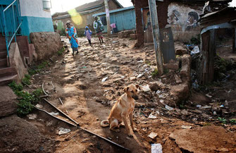 Kibera slum, Nairobi. Una delle vie principali.