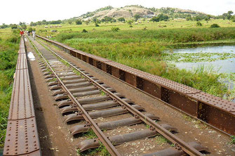 La Uganda Railway ha uno scartamento metrico di 1.000 mm (3 ft 3 3/8 in).