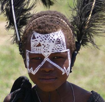 Un giovane moran con i segni dell'iniziazione.