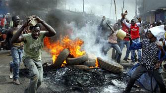 14 giu 2016 18.12. Barricate in fiamme durante le proteste dei sostenitori dell'opposizione a Nairobi.