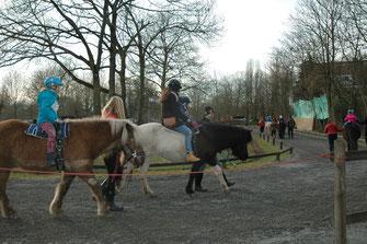 Bei strahlendem Kaiserwetter mitten im Februar genossen Kinder und Eltern den Ritt auf den Islandpferden.