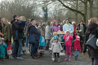 Bereits kurz nach 15.00 Uhr hatte sich die Vereinsanlage mit sehr vielen Gästen gefüllt, die sich auf die Eröffnung des Kinderreitens zu Gunsten der Kindertafel Düsseldorf freuten und den Worten von Oberbürgermeister Thomas Geisel lauschten.