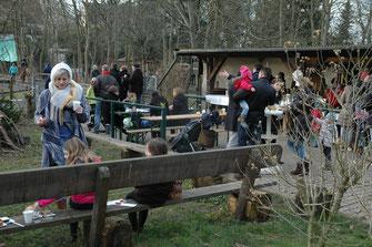 Vor der Reiterklause machten es sich bei Kaffee, Kuchen, Würstchen und Pommes frites die Gäste auf dem alten Sattelplatz bequem.