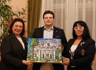 Στην ελληνική Πρεσβευτικη Κατοικία της Βιεννης. Η Πρέσβυς της Ελλαδος η άξιοτιμη κυρία Χρυσουλα Αλειφερη, Ματθαιος Λαουρεντς  Γκρεφ (mag art Matthias Laurenz Gräff) και Γεωργία