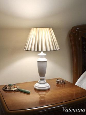 Lampada in legno con un paralume fatto a mano.