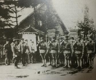 月寒連隊営門から満州に出征する鯰江部隊