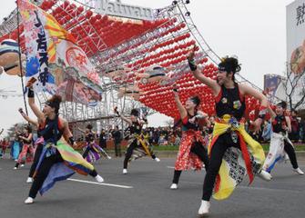 台湾ランタンフェスティバルにてオープニングパレードを踊る平岸天神(2016年2月23日北海道新聞朝刊より)
