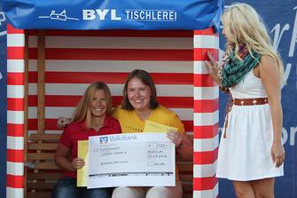 Die Damen A Finalistinnen v.l. Melanie Suchhardt und Ulrike Borchel mit Katie Steiner