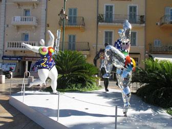 Niki de Saint Phalle de Saint Tropez - Les Trois Grâces 1995  -2003 Mosaique de céramique et de verre sur polyuréthane millefiori et socle métal