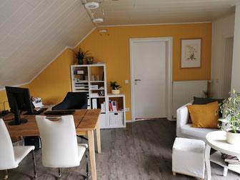 Unsere neuen Räumlichkeiten bieten Gemütlichkeit und ein sonniges Gelb - für kreative Ideen und gute Laune.