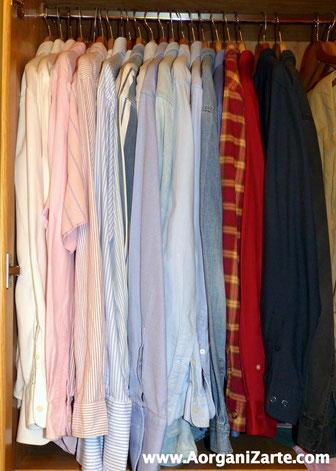 Camisas colgadas organizadas por color y con las perchas iguales - www.AorganiZarte.com