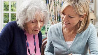 Ein Gespräch zwischen einer dementen Frau und Ihrer Begleitung zu Hause