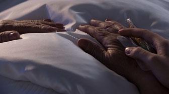 Pflege am Bett und Begleitung durch die Nacht