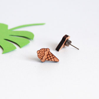 boucle d'oreille pour oreilles percées en bois et attaches fixations en titane métal anti-allergènes hypoallergénique, bijoux en bois puce réalisée à la main en France, en forme de cône glacée, boules de glace