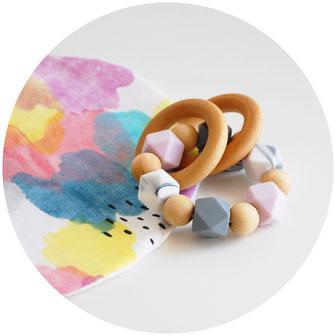 hochet bébé idéal cadeau de naissance, noel, babyshower, en bois et perles de silicone non toxiques . fabrication française dans notre atelier de l'oise, hauts de france.