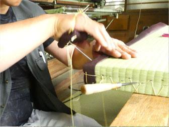 いわもと畳店の手縫い仕上げの様子