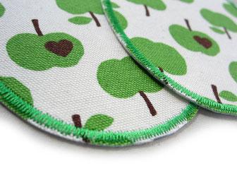 Bild: Hosenlöcher nachhaltig mit Flicken zum aufbügeln reparieren, Knieflicken mit grünen Äpfeln für Kinder