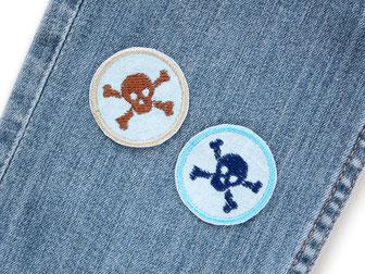 Bild: Piraten Bügelbilder mit braunem Totenkopf, Mini Jeansflicken zum aufbügeln für Kinder