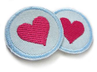 Bild: Mini Flicken zum aufbügeln mit gesticktem Herz pink, kleine Jeansflicken für Mädchen, kleine Hosenlöcher reparieren
