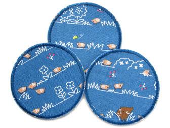 Bild: blaue Bügelflicken für Kinder mit Wildschwein, Frischlingen und Blumen