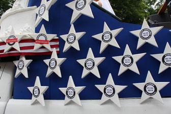 """Sterne auf blauem Grund: CSD Berlin 2015, Wagen der Botschaft der USA mit 50 Sternen für die Bundesländer. In allen Sternen steht, seit wann die """"Home-Ehe"""" legalisiert ist. Foto: Helga Karl"""