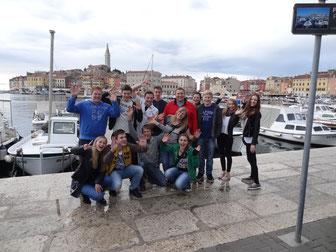 Gruppenfoto mit der Altstadt von Rovinj im Hintergrunf