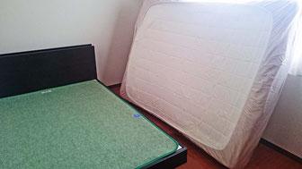 すのこベッドの上に、除湿シート(マニシートプラス2)を敷いています。これでカビ予防になります。マニフレックスは、マニステージ福岡へ。