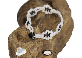 Bracelet au croche Adronie réalisé dans un coton Keko-Tex blanc parsemé de rocailles de Bohème noir brillant