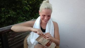 Anne isst knackig Eiweißchips nach dem Sport