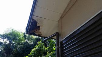 【施工前】軒天の雨漏りによる木腐り