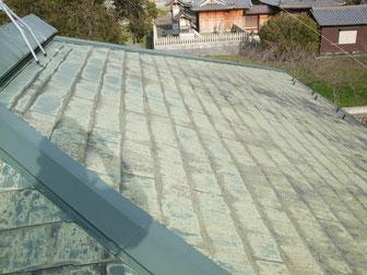 経年劣化により屋根の素地が見えてしまっています