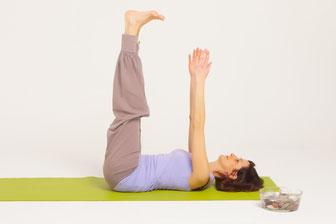 Natalie Streichert liegt auf Yoga-Matte