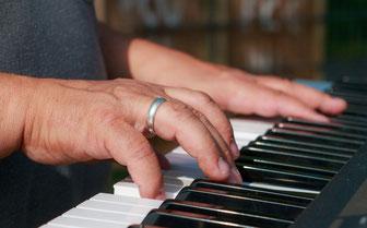 ピアノを弾く年配者の手