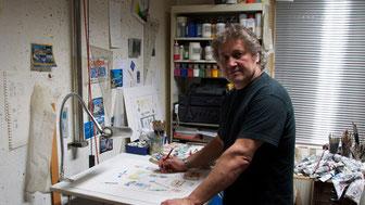 Leslie G. Hunt an seinem Arbeitsplatz im Atelier