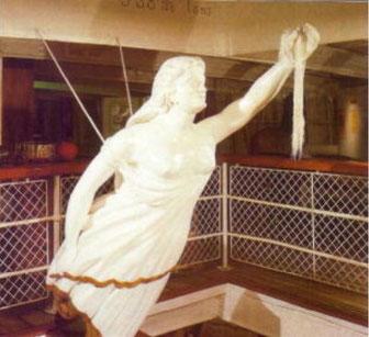 貨物昇降用ハッチ下の吹き抜けに展示されたオリジナルの船首像