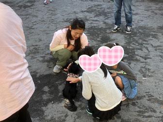 子どもたちはまずは触り方を学びます。