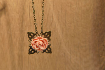Lange Kette in Antikmessing mit einer Rose in Altrosa