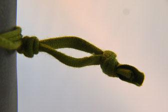 Ganz trendig, den Knoten nicht abschneiden, sondern als Schlaufe lässig tragen