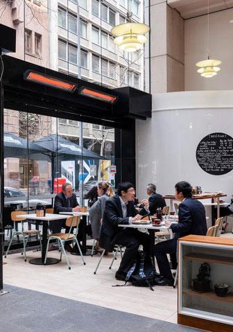 Elektro Heizstrahler von Bromic Heating in einem modernen Café