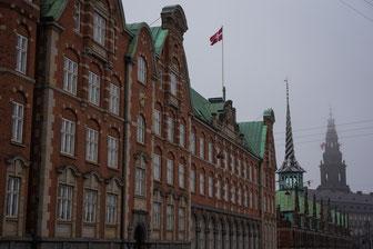 Die Brücke hinter dem Bild und das Gebäude sind auf einer Dänischen Note zusehen.