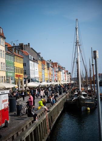 Nyhavn, hier trifft sich Jung und Alt um die Seele und Füsse baumeln zu lassen