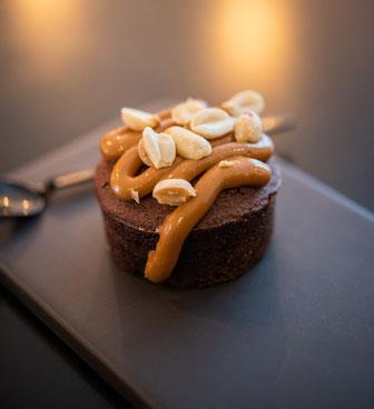 Mini Brownie mit salted Caramelsauce und Erdnüssen