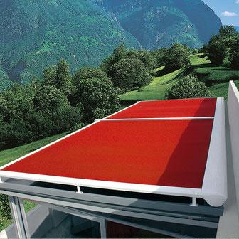 Rote Wintergartenmarkise beschattet von oben einen Wintergarten