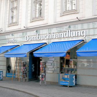 Blaue Markisen vor einer Buchhandlung in der Stadt