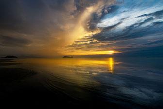 Leuchtender Sonnenuntergang am Hin Kong Beach auf Koh Phanghan