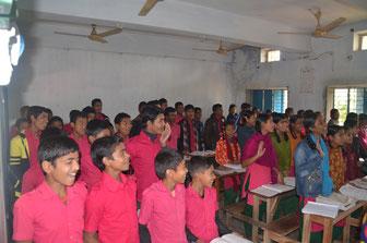 In den Klassenzimmern sitzen Mädchen und Jungen getrennt